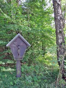 Wegkreuz am Waldrand
